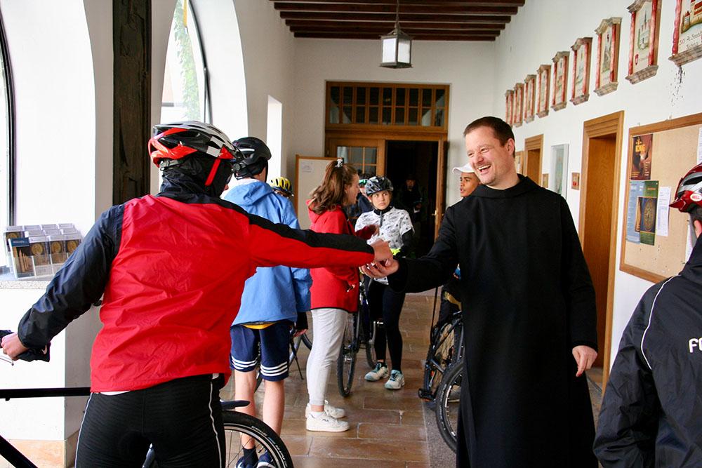 In Beuron lässt sich - ausserhalb des aktuellen Umbaus - die sprichwörtliche benediktinische Gastfreundschaft erfahren. Pater Sebastian und sein Team freuen sich auf Radpilger auf dem MEINRADWEG. Den Pilgerstempel gibt es übrigens im Klosterladen der Erzabtei.
